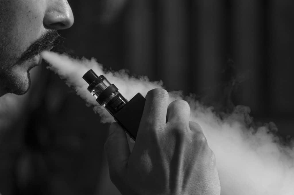 סיגר אלקטרוני עם עשן