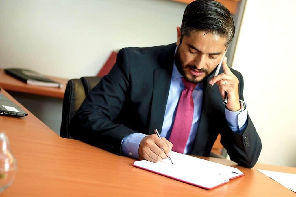 עורך דין יושב ליד שולחן