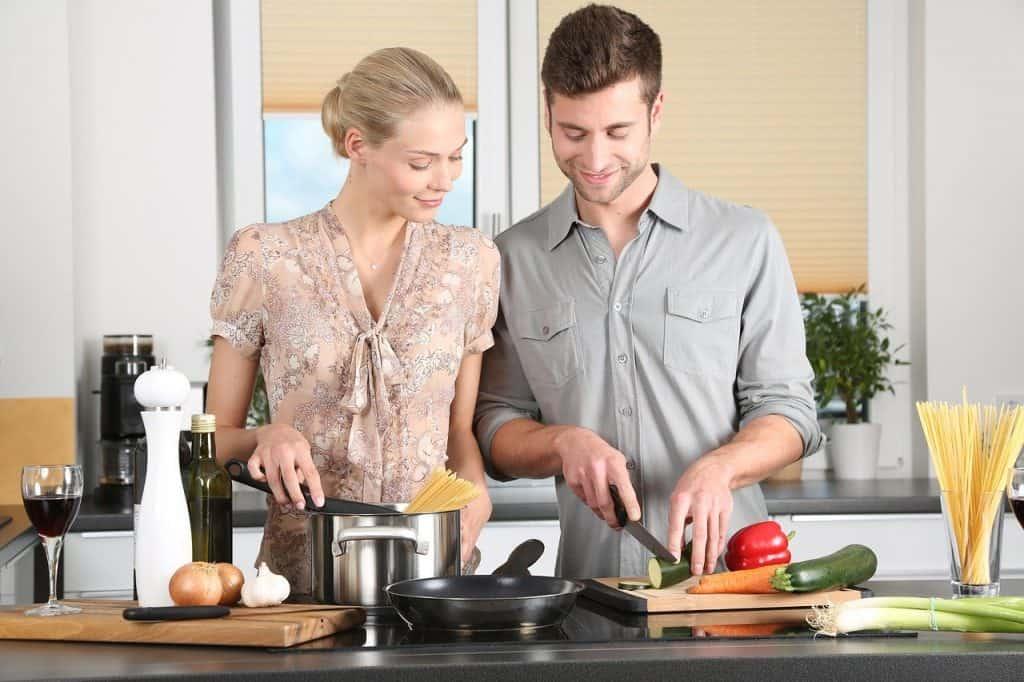 זוג מבשל במטבח